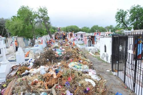 12 toneladas de basura sacaron de los panteones