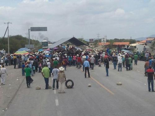 Sigue bloqueada carretera Victoria-San Luis Potosi