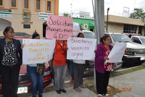 Se 'plantan' frente el Itavu en demanda de apoyo
