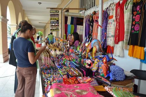 Vienen desde Oaxaca a vender sus artesanías