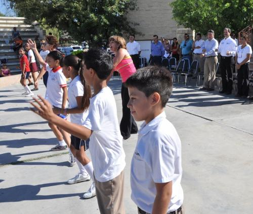 Niños se ejercitan con Rutinas de Activación Física Escolar