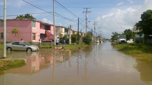 Vecinos de Santa Elena tuvieron que utilizar sogas para evitar ser arrastrados por la corriente