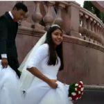 Ami y Eduardo escogieron la plaza para su sesión de fotos, hoy es su enlace matrimonial, la pandemia no los freno