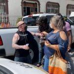 Haitianos bloquean la Carranza, afuera de INM, ciudadano molesto los increpa