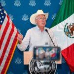 """""""Los migrantes no van a entrar a Estados Unidos"""": advierte embajador de EU Ken Salazar."""
